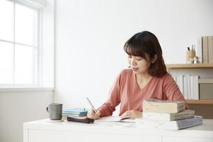 デスクで勉強をする女性の写真素材 [FYI04313208]
