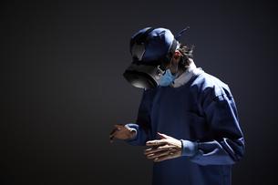 VRゴーグルをつけている男性の医者の写真素材 [FYI04313209]