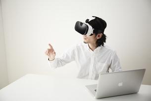 VRゴーグルをつけている男性の写真素材 [FYI04313210]