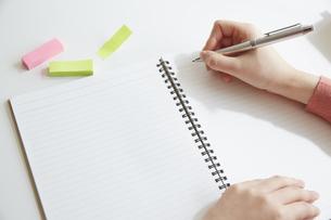 ノートと付箋とペンを持った女性の手の写真素材 [FYI04313218]