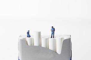 たばこを調査するミニチュアの作業員たちの写真素材 [FYI04313271]