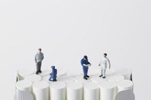 たばこを調査するミニチュアの作業員たちの写真素材 [FYI04313273]