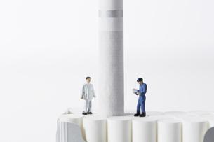 たばこを調査するミニチュアの作業員たちの写真素材 [FYI04313274]