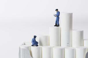 たばこを調査するミニチュアの作業員たちの写真素材 [FYI04313275]