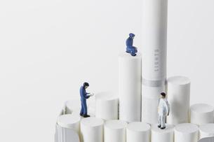 たばこを調査するミニチュアの作業員たちの写真素材 [FYI04313276]