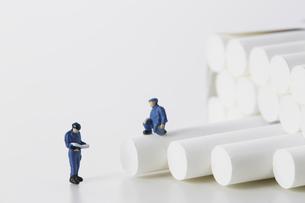 たばこを調査するミニチュアの作業員たちの写真素材 [FYI04313277]