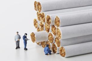 たばこを調査するミニチュアの作業員たちの写真素材 [FYI04313280]