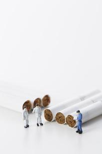 たばこを調査するミニチュアの作業員たちの写真素材 [FYI04313285]