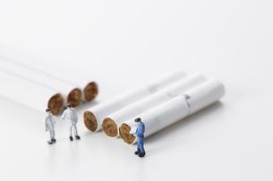 たばこを調査するミニチュアの作業員たちの写真素材 [FYI04313286]