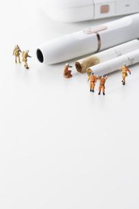 電子たばことミニチュアの消防士達の写真素材 [FYI04313302]