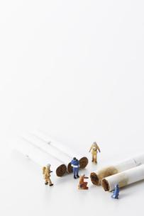 電子たばこの吸い殻とミニチュアの調査員たちの写真素材 [FYI04313305]