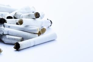 たくさんの煙草の吸い殻の写真素材 [FYI04313314]