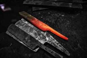 刃物工場にある形が整えられる前の鉄の写真素材 [FYI04313322]