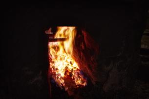 炎の中で熱される鉄の写真素材 [FYI04313323]