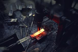 刃物工場で熱され赤くなった鉄の写真素材 [FYI04313324]