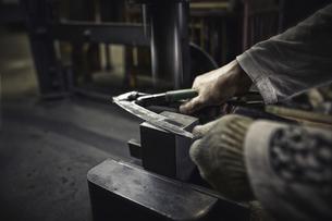 工場で刃物を作っている手元の写真素材 [FYI04313327]