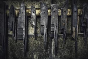 刃物工場で形だけ整えられた刃物の写真素材 [FYI04313328]