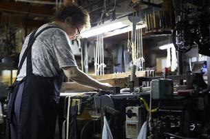 西陣織の機械と職人の写真素材 [FYI04313340]