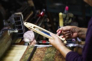 西陣織の機械と職人の手元の写真素材 [FYI04313353]