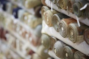 西陣織の巻物が収納された棚の写真素材 [FYI04313357]