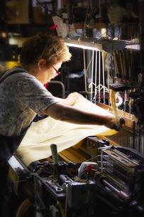 西陣織の機械と職人の写真素材 [FYI04313361]