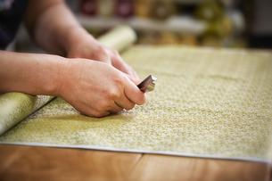 西陣織を仕上げる職人の写真素材 [FYI04313379]