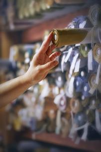 西陣織の巻物を収納する職人の写真素材 [FYI04313386]