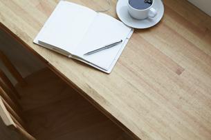 カフェのカウンターに置かれたドリンクと手帳の写真素材 [FYI04313413]