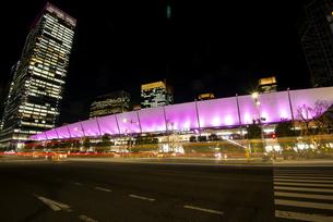 満開の桜と東京駅八重洲口夜景の写真素材 [FYI04313548]