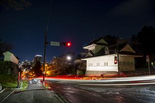 ライトアップの仙台城 大手門脇櫓跡と仙台街並夜景の写真素材 [FYI04313557]