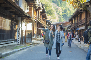 秋の宿場町を散策する女性2人の写真素材 [FYI04313716]