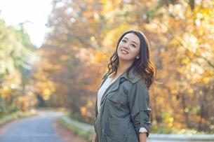 紅葉を見ながら観光地を散策する女性の写真素材 [FYI04313773]