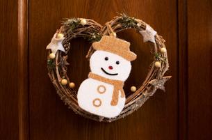 クリスマスリースと雪だるまの写真素材 [FYI04314122]