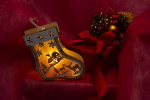 クリスマスの靴下のイルミネーションとギフトボックス、オーナメントの写真素材 [FYI04314126]