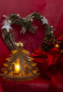 クリスマスツリーのイルミネーションとギフトボックス、リース、オーナメントの写真素材 [FYI04314128]