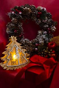 クリスマスツリーのイルミネーションとギフトボックス、リース、オーナメントの写真素材 [FYI04314130]