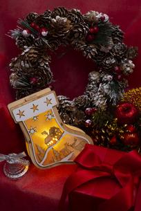 クリスマスの靴下のイルミネーションとギフトボックス、ベル、リース、オーナメントの写真素材 [FYI04314131]
