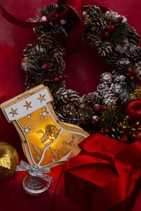 クリスマスの靴下のイルミネーションとギフトボックス、ベル、リース、オーナメントの写真素材 [FYI04314133]