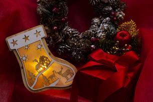 クリスマスの靴下のイルミネーションとギフトボックス、リース、オーナメントの写真素材 [FYI04314135]