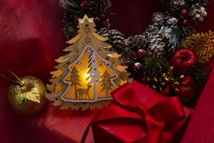 クリスマスツリーのイルミネーションとギフトボックス、リース、オーナメントの写真素材 [FYI04314136]