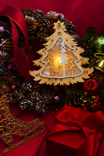 クリスマスツリーのイルミネーションとギフトボックス、リース、オーナメントの写真素材 [FYI04314140]