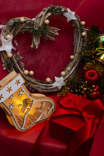 クリスマスの靴下のイルミネーションとギフトボックス、リース、オーナメントの写真素材 [FYI04314141]