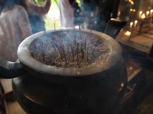 岩間寺本堂の香炉の写真素材 [FYI04314146]