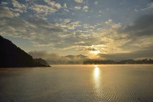 河口湖の日の出の写真素材 [FYI04314170]