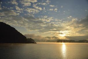河口湖の日の出の写真素材 [FYI04314171]