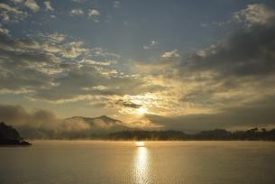 河口湖の日の出の写真素材 [FYI04314173]