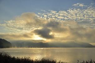 河口湖の日の出の写真素材 [FYI04314176]