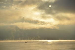 朝日に染まる湖面と太陽の写真素材 [FYI04314178]