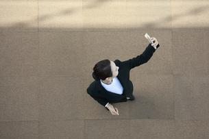 スマートフォンを操作している女性の写真素材 [FYI04314285]