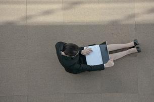 ノートパソコンを操作している女性の写真素材 [FYI04314292]